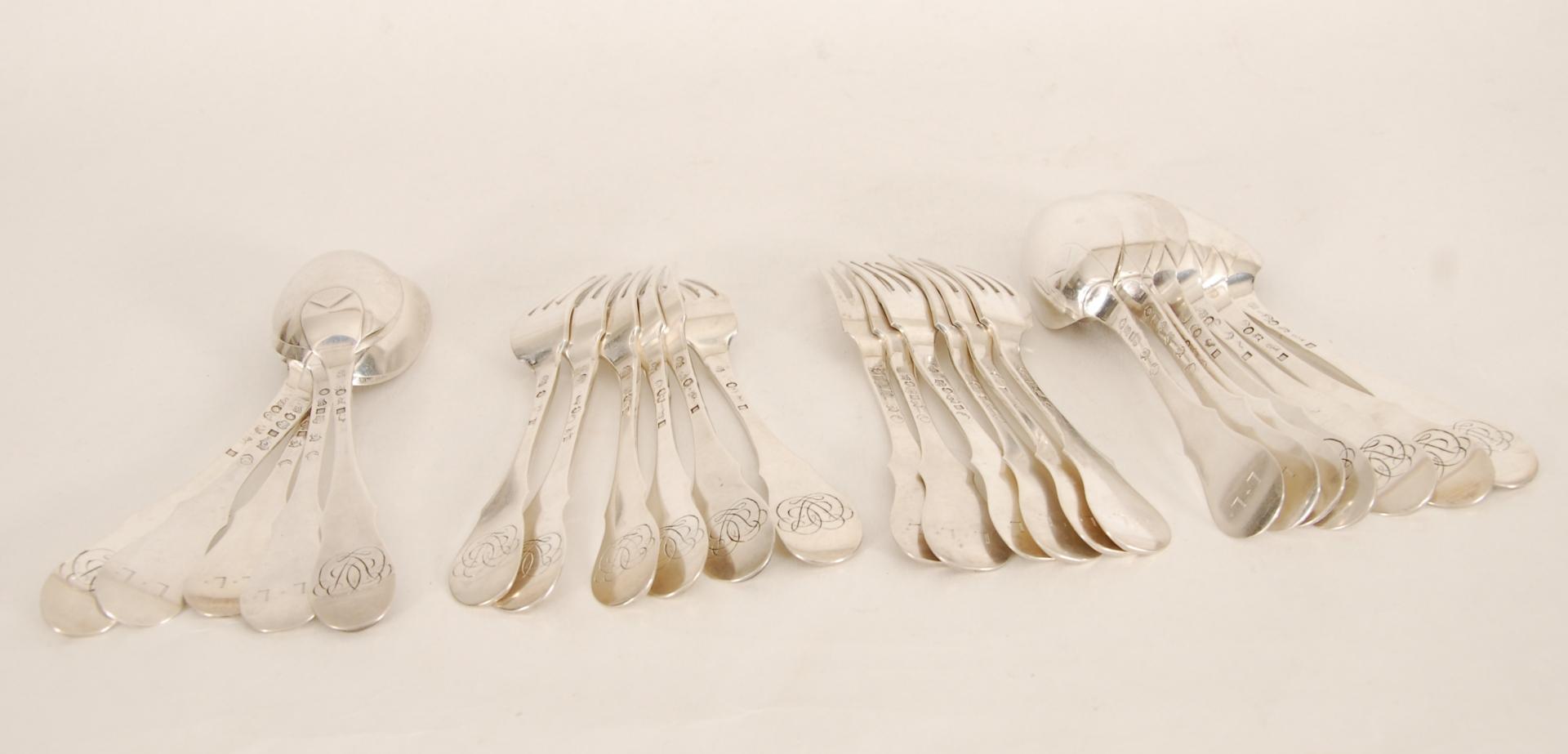 Douze fourchettes et douze cuillères