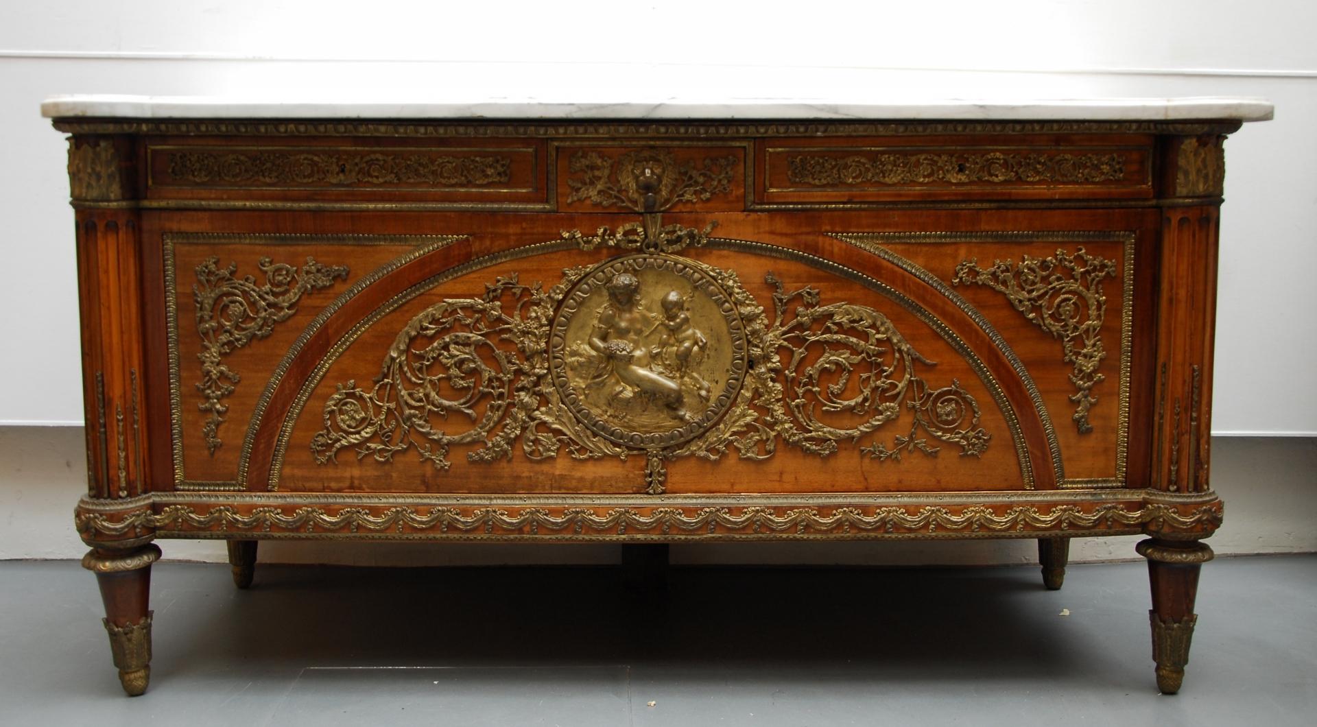 Commode de style Louis XVI